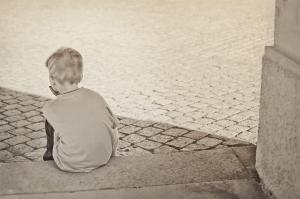 enfant seul de dos